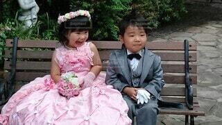 ベンチに座っている小さな女の子の写真・画像素材[4669114]