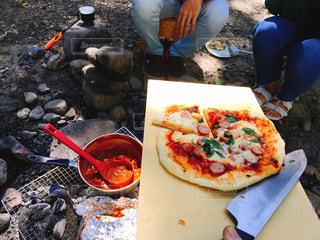 ピザのスライスでテーブルに座っている人々 のグループの写真・画像素材[716857]