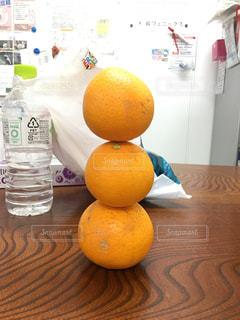 テーブルの上に座ってオレンジを 2 個の写真・画像素材[2079257]