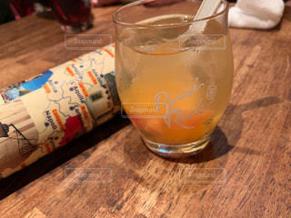 一杯のビールをテーブルの上にの写真・画像素材[2137189]