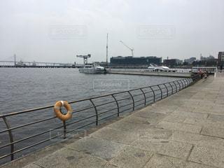水域の隣のベンチの写真・画像素材[2174019]