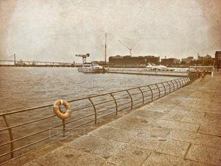 水の体に架かる橋の写真・画像素材[2174021]