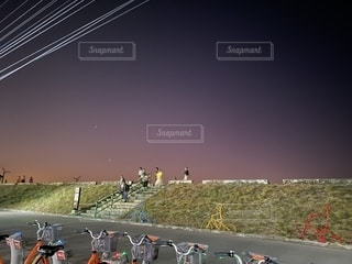 駐車場に立っている人々のグループの写真・画像素材[2738158]