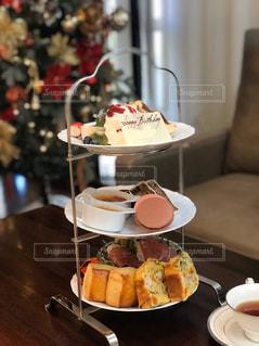 テーブルの上の食べ物の皿の写真・画像素材[2792994]