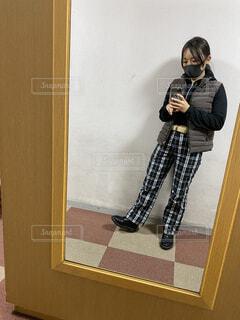 鏡の前に立ってカメラのポーズをとる人の写真・画像素材[3970127]