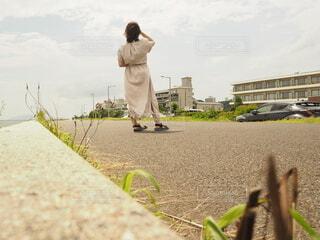 未舗装の道を歩いている人の写真・画像素材[4650713]