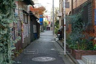 都会の路地裏の写真・画像素材[4771464]