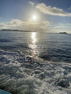 水の体の上の空の雲の写真・画像素材[4670445]