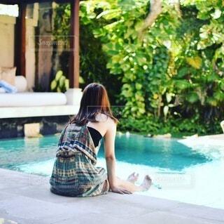 プールサイドで足をつけている、女性の写真・画像素材[4673145]