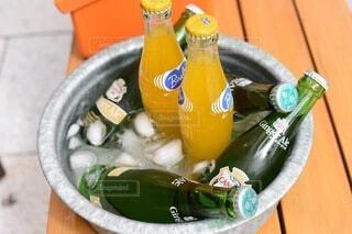 テーブルの上のタライにジュースの写真・画像素材[4673677]