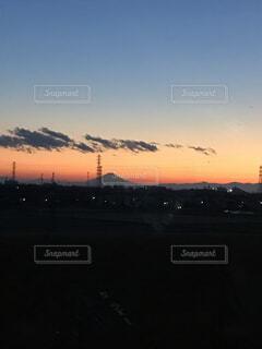 冬の空に現れた富士山のシルエットの写真・画像素材[4676670]