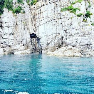 夏の海と洞窟の写真・画像素材[4686557]