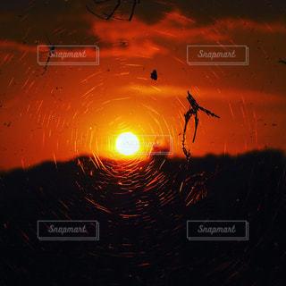 日没の前に明るい光の写真・画像素材[1451612]