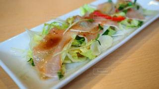 近くのテーブルの上に食べ物のプレートの写真・画像素材[1451626]