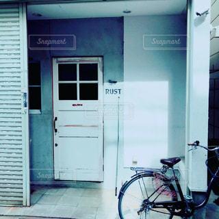 ドアの前に停まっている自転車の写真・画像素材[1469460]