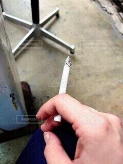 タバコを持つ手の写真・画像素材[4761430]