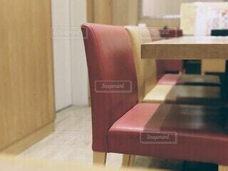 木製のテーブル付きのリビングルームの写真・画像素材[4886102]