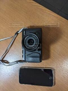 テ-ブルーの上のカメラとスマホの写真・画像素材[4700196]
