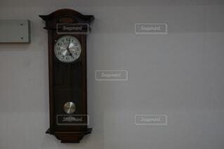 壁にぶら下がっている時計の写真・画像素材[4740054]