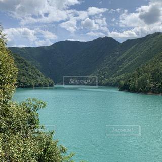 山を背景にした水域の写真・画像素材[2289985]