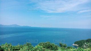 背景の山と水の大きな体の写真・画像素材[705665]