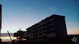 街に沈む夕日の写真・画像素材[709919]