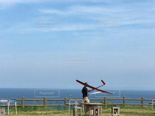 未舗装の道路を自転車に乗りながら空気を通って飛んで男の写真・画像素材[722661]