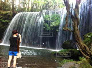 鍋ヶ滝を素敵に撮りたいな!ってかなり集中してます。 - No.735644
