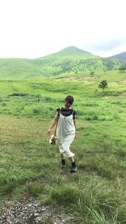 緑豊かな緑のフィールドに立っている人 - No.741163