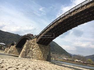 水の体の上の橋です。の写真・画像素材[742520]
