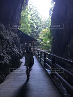 橋を渡って歩く男 - No.744480