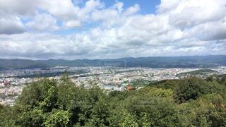 背景の山と木 - No.753164