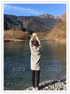 湖の前に立っている人 - No.852075