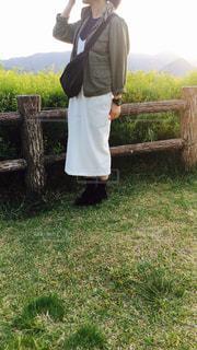 草の中に立っている男の人の写真・画像素材[1165159]
