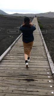 ウッドデッキの上を歩く人の写真・画像素材[1460494]