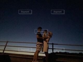夜のお散歩でのファミリーショットの写真・画像素材[4693064]