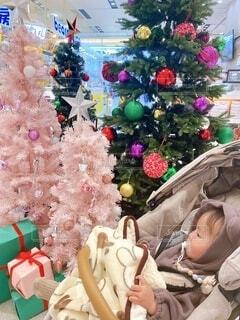 駅前のクリスマスシーズンの写真・画像素材[4785817]
