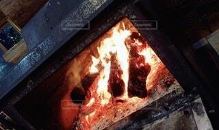 ログキャンプハウスの暖炉の火の写真・画像素材[4692371]