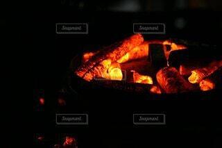 暗闇に光り輝く炭火の写真・画像素材[4701040]