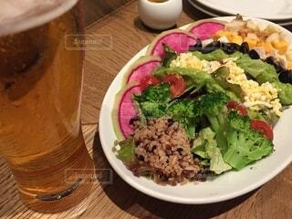 サラダとビール 最高の美味しい時間の写真・画像素材[4715069]