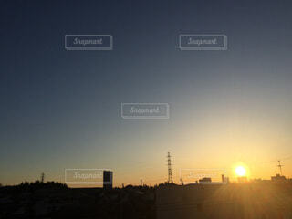 のぼる朝日 都会の朝の写真・画像素材[4716993]