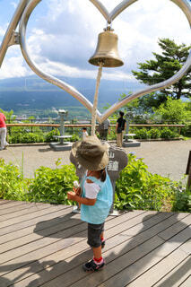 ハートの鐘を鳴らす女の子の写真・画像素材[4741446]