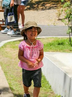 カウボーイハットを被る笑顔の女の子の写真・画像素材[4762313]