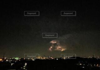 夏の終わり 雷光 夜景 都会の夏の写真・画像素材[4768829]