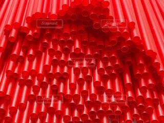大量の赤いストローの写真・画像素材[4770472]
