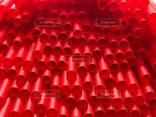 赤い大量のストローの写真・画像素材[4770475]