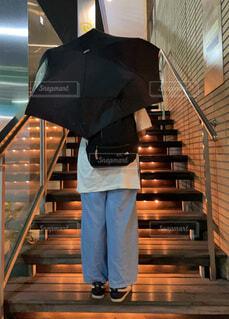 雨の日 アンダーライトの階段にいる女の子の写真・画像素材[4772939]