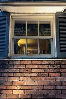 レンガづくりの家の窓 夜の散歩の写真・画像素材[4790401]