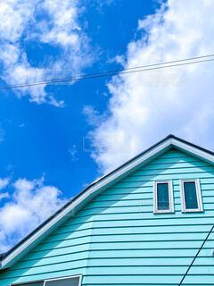 水色のおうち と 青い空の写真・画像素材[4801448]
