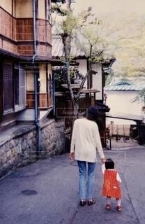 昭和の街を歩く親子の写真・画像素材[4696635]